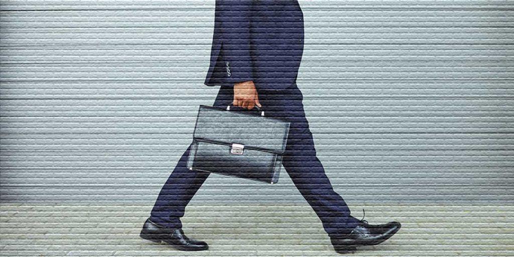 Человек с портфелем - картинка