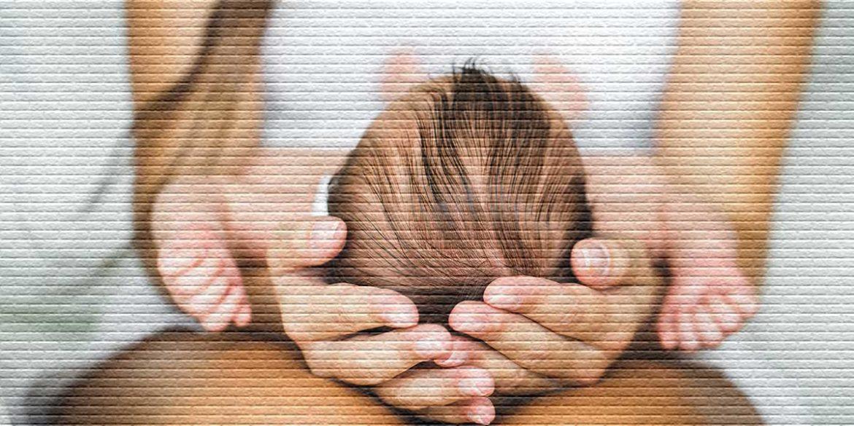 Ребенок на коленях у мамы - картинка