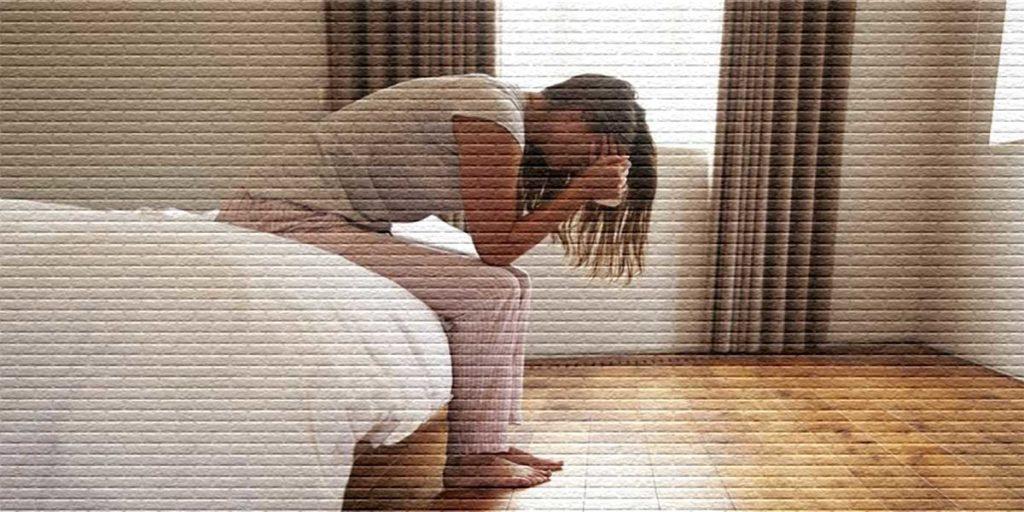 Женщина плачет в комнате - картинка