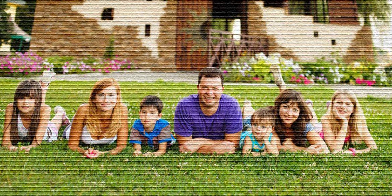 Семья у дома - картинка