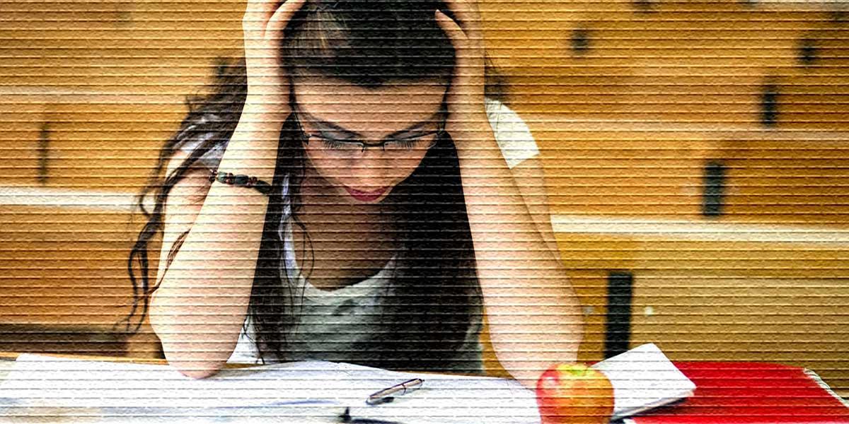 Студентка на занятиях, учебный отпуск