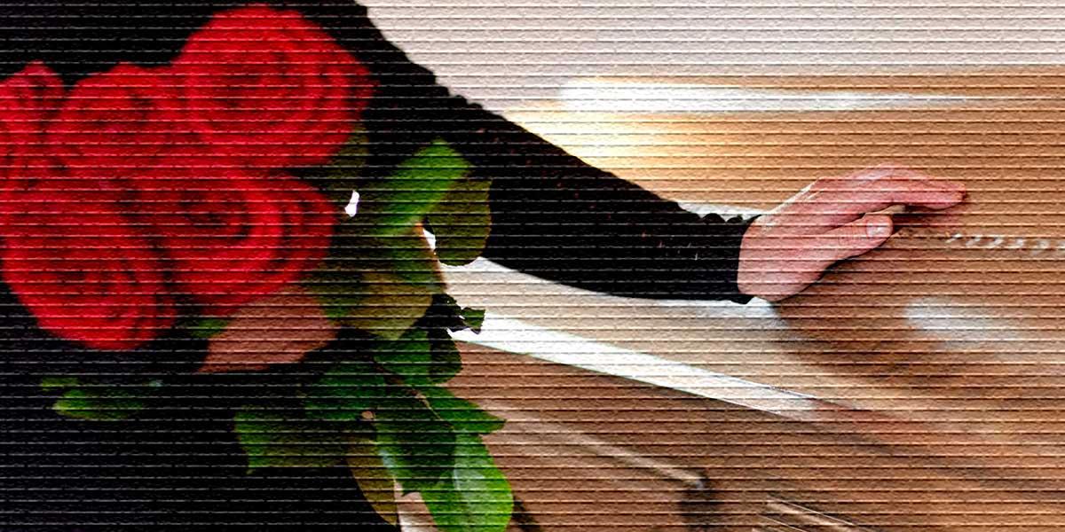 С цветами у гроба - картинка